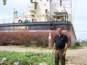Grant Montgomery banda aceh barge. Copyright Grant Montgomery 2008. Not to be republished.